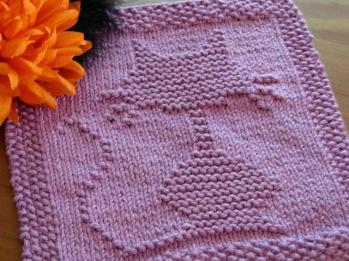 Halloween Cat Dishcloth - FREE Knitting Pattern --- http://onecraftymama-2011.blogspot.com/2011/09/halloween-cat-dishcloth.html